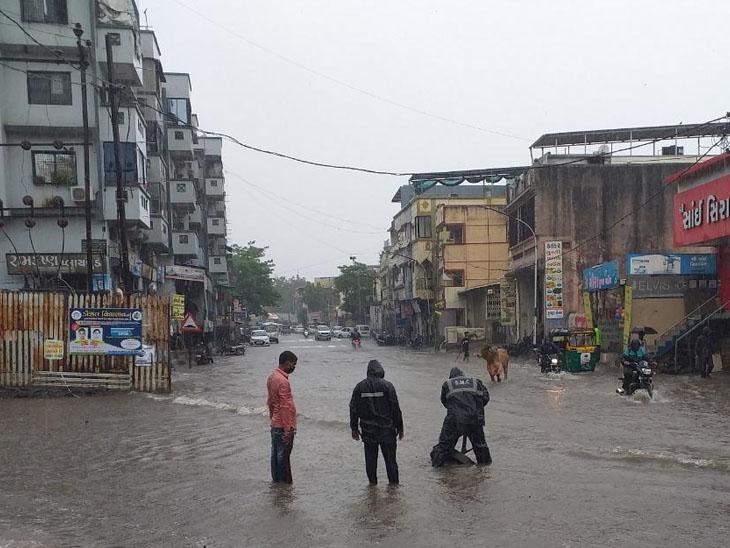 સિટીલાઇટમાં ઝાડ પડતાં 5 કારનો ખુરદો, ડભોલી રોડ પર દુકાનમાં પાણી ઘુસ્યા પુણાની શિવમ કોમ્પલેક્સ પાસે રસ્તા પર પાણી ભરાતા પાલિકાના કર્મચારીઓ દ્વારા કેચપીટો ખોલવામાં આવી હતી. - Divya Bhaskar
