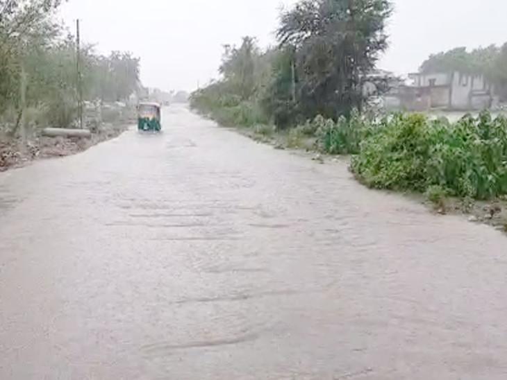 વહેલી સવારે દોઢ ઇંચ વરસાદ ખાબક્યો, રસ્તા પર નદીની જેમ પાણી વહ્યાં, ગોઠણડૂબ પાણીમાં વાહનચાલકો પરેશાન, ખેડૂતોમાં આનંદ છવાયો|રાજકોટ,Rajkot - Divya Bhaskar