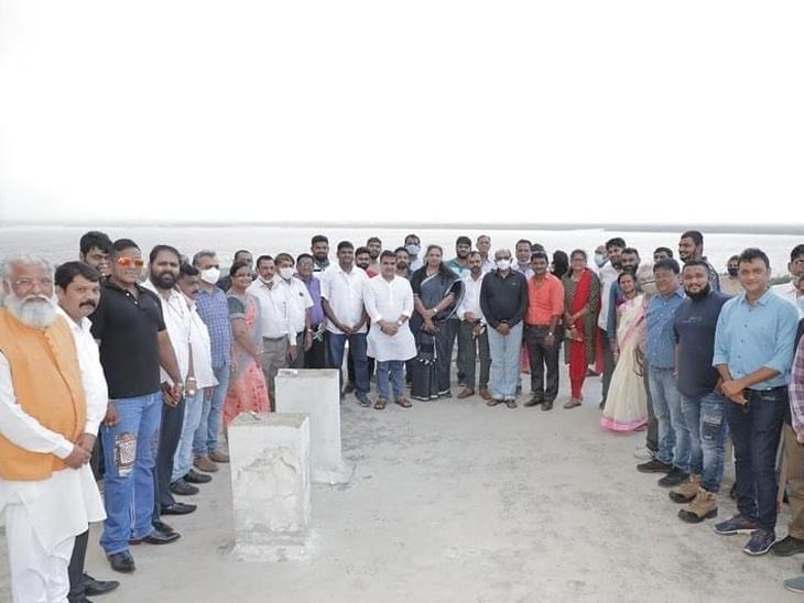 ડુમસ જવા લોકો માટે પ્રતિબંધ પણ માસ્ક વિના ભીડ ભેગી કરનારા ભાજપના ધારાસભ્ય અને કાર્યકરોને છૂટ|સુરત,Surat - Divya Bhaskar