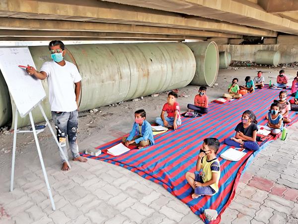 સોફ્ટવેર એન્જિનિયર 4 વર્ષથી ધોરણ 1થી 7ના વિદ્યાર્થીઓને આપે છે નિ:શુલ્ક શિક્ષણ અમદાવાદ,Ahmedabad - Divya Bhaskar