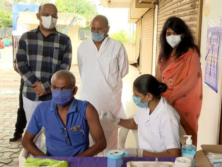 વડોદરામાં કોરોના વેક્સિનેશન માટે 260 કેન્દ્રો ઉભા કરાયા, સ્પોટ રજીસ્ટ્રેશન કરીને નાગરિકોએ રસી અપાઇ વડોદરા,Vadodara - Divya Bhaskar