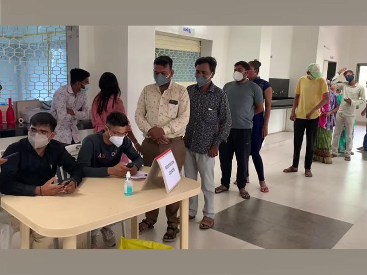 રાજકોટના તમામ આરોગ્ય કેન્દ્ર પર લોકોનું ઓન સ્પોટ રજિસ્ટ્રેશન સાથે વેક્સિનેશન, કોંગ્રેસના કોર્પોરેટરે રસીકરણ કેન્દ્ર પર અધિકારી સાથે ગાળાગાળી કરી રાજકોટ,Rajkot - Divya Bhaskar