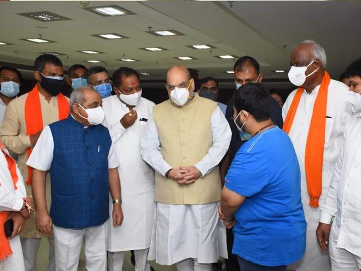 વેક્સિનેશન સેન્ટરમાં કેન્દ્રીય ગૃહમંત્રી કાર્યકરોને વન ટુ વન મળ્યાં, કહ્યું, તબિયત સાચવજો અને વેક્સિન લેજો|અમદાવાદ,Ahmedabad - Divya Bhaskar