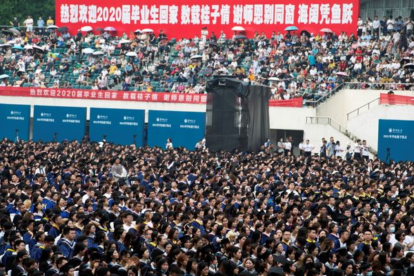 વુહાનની સેન્ટ્રલ ચાઇના નોર્મલ યુનિવર્સિટીમાં 13 જૂને પદવીદાન સમારોહ યોજાયો હતો. એમાં હજારો વિદ્યાર્થીઓએ માસ્ક પહેર્યા વિના ભાગ લીધો હતો. એ સ્પષ્ટ છે કે કોરોના ચીનમાં નિયંત્રણમાં આવી ગયો છે.