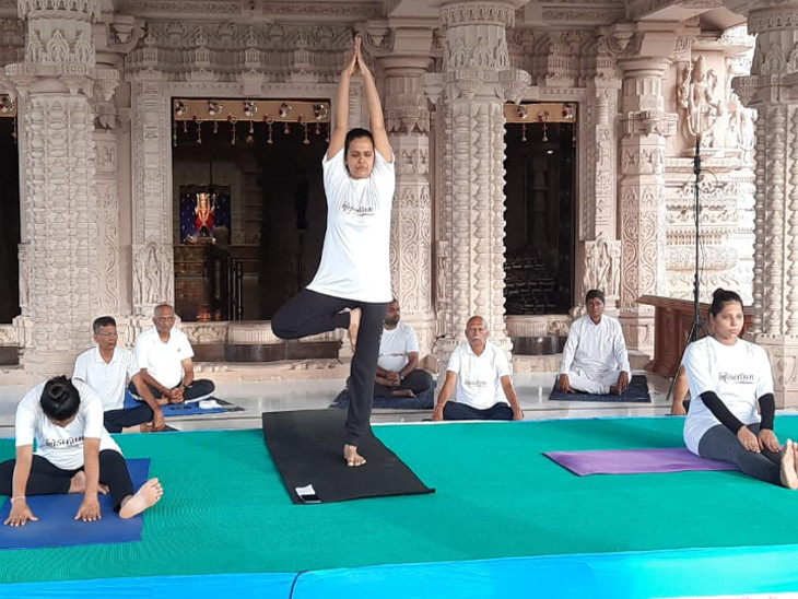 ખોડલધામ મંદિરમાં વર્ચ્યુઅલ યોગસાધના, દિવ્યાંગો, કેબિનેટ મંત્રી કુંવરજી બાવળિયા, રાજકોટના CP,રાજ્યસભાના સાંસદે યોગ કર્યા રાજકોટ,Rajkot - Divya Bhaskar