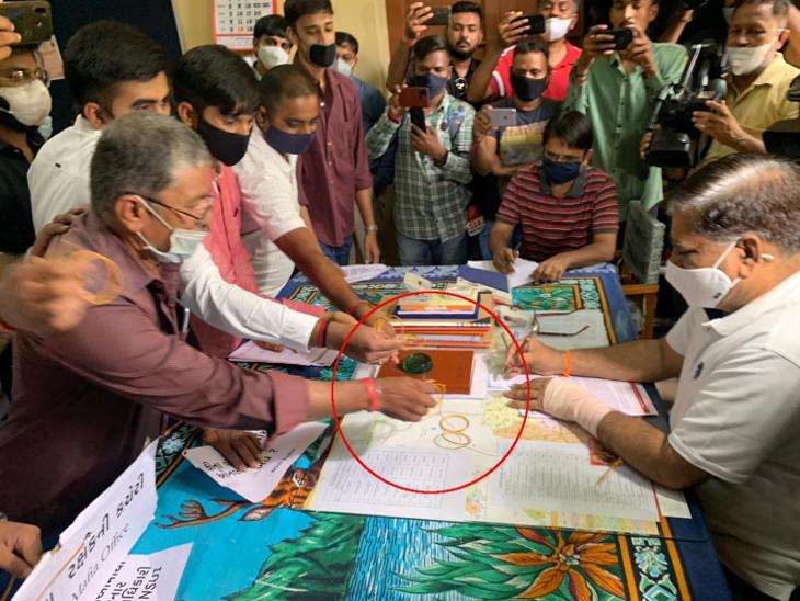 રાજકોટમાં NSUIની DEO કચેરીમાં રામધૂન, સ્કૂલોની ફી વધારાની દાદાગીરી સામે સુત્રોચ્ચાર કરી અધિકારી પર બંગડી ફેંકી, 5ની અટકાયત|રાજકોટ,Rajkot - Divya Bhaskar