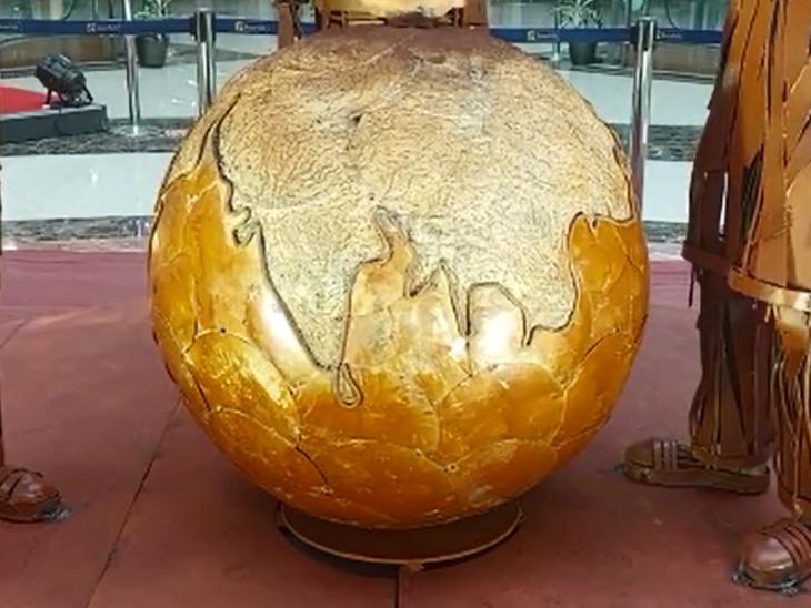 કોરોના વોરિયર્સ કોવિડને ઉપરથી રોકીને પૃથ્વીને બચાવી રહ્યા છે