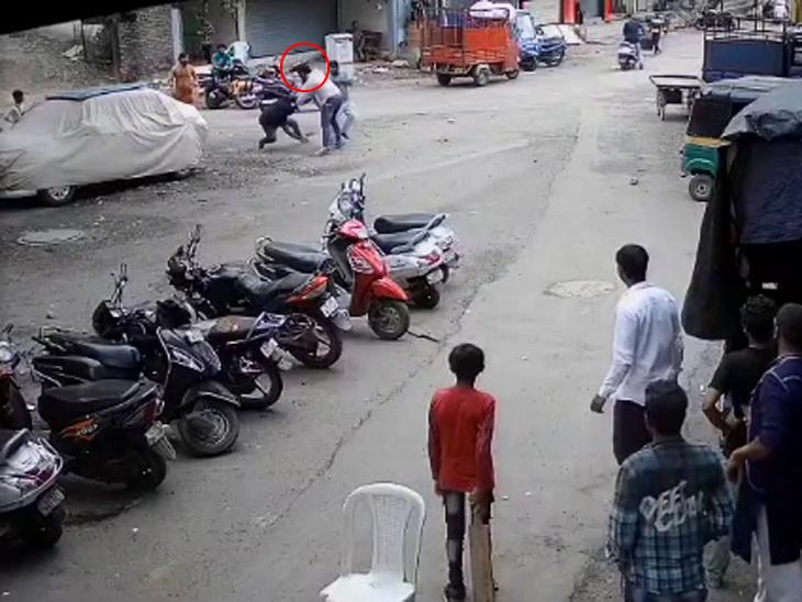 સુરતમાં બુટલેગરોનો આતંક, લાલગેટ વિસ્તારમાં બુટલેગર તૌસિફે એક વ્યક્તિને જાહેરમાં માર માર્યો, CCTV સામે આવ્યા|સુરત,Surat - Divya Bhaskar