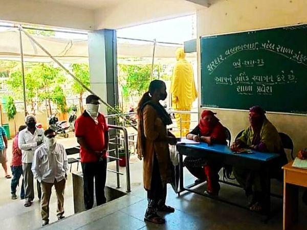 અમદાવાદમાં સરકારી સ્કૂલમાં એડમિશન લેવા ભાજપ-કોંગ્રેસના ધારાસભ્યો, મેયર અને કોર્પોરેટરની ભલામણ, 300-400 વિદ્યાર્થીઓ વેઇટિંગમાં|અમદાવાદ,Ahmedabad - Divya Bhaskar