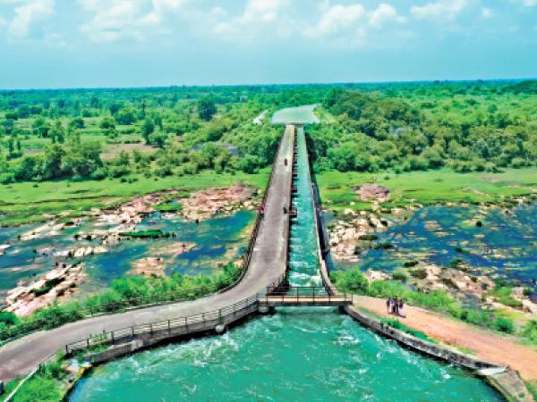 મહુવાના મુડત ગામે પૂર્ણા નદીના નીર ઉપરથી નહેરનું પાણી અને રોડ એકસાથે પસાર થાય છે મહુવા,Mahuva - Divya Bhaskar