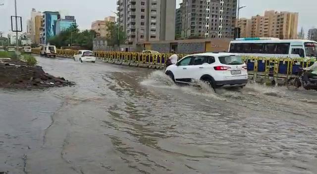 રાજકોટમાં દોઢ કલાકમાં 2 ઇંચ વરસાદ, રૈયા ચોકડીથી ટેલિફોન એક્સચેન્જ સુધી ટ્રાફિકજામ|રાજકોટ,Rajkot - Divya Bhaskar