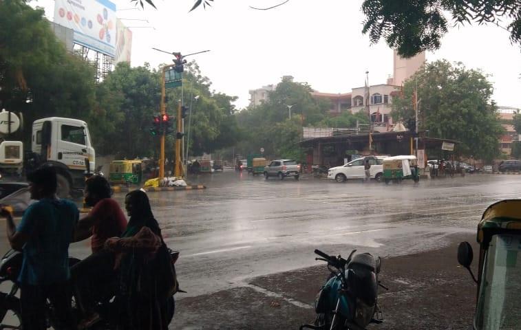 આશ્રમ રોડ પર વરસાદની તસવીર.