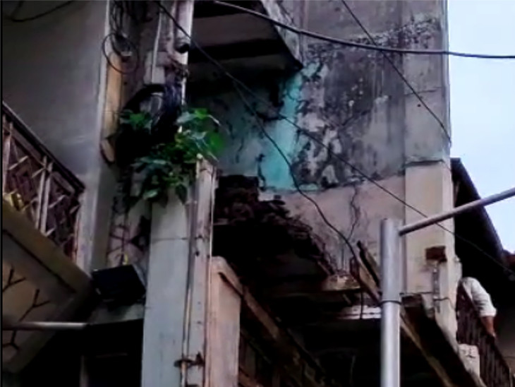 સુરતના ગોપીપુરામાં બંધ મકાનની ગેલેરીનો ભાગ ધડાકાભેર તૂટી પડતા પાડોશીઓ ઘર બહાર દોડી આવ્યા|સુરત,Surat - Divya Bhaskar