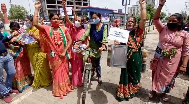 રાજકોટમાં કોંગી મહિલાઓએ ડુંગળીનો હાર, સાઈકલ, તેલના ડબ્બા સાથે અને કપાસિયા ખોળમાં ભેળસેળને લઈને કિસાન સંઘનો વિરોધ|રાજકોટ,Rajkot - Divya Bhaskar