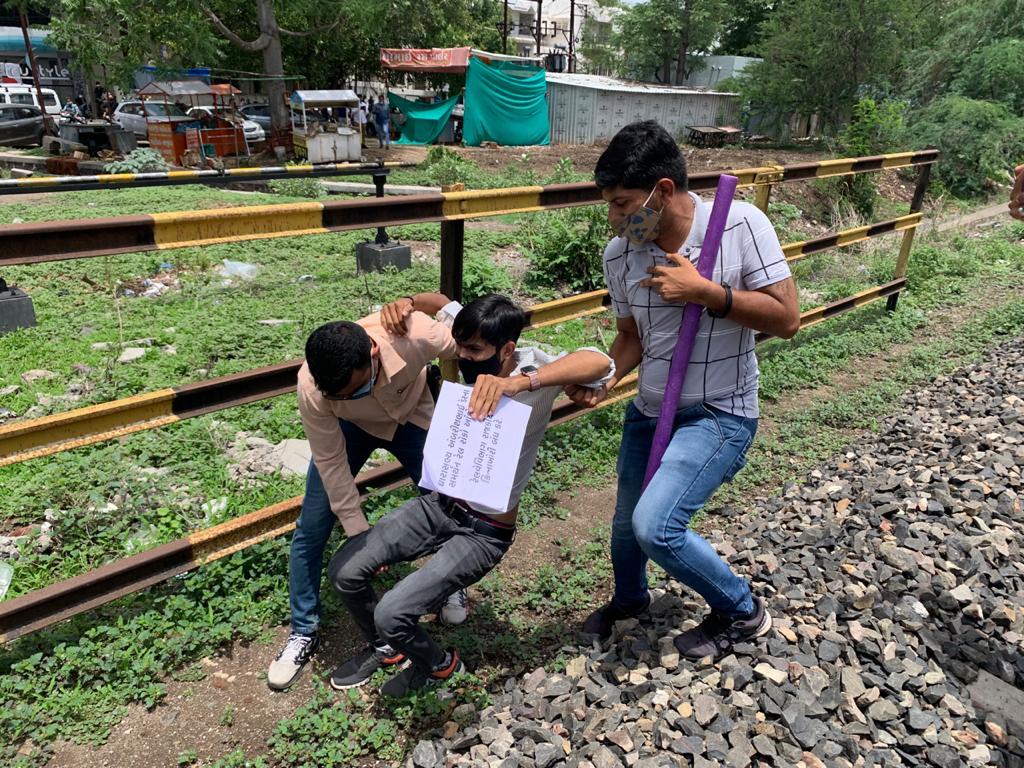 રાજકોટમાં MLA અંબરીશ ડેરના સમર્થનમાં NSUI અને કોંગી કાર્યકરોએ રેલવે ટ્રેક પર બેસી ધરણા કર્યા, પોલીસે ટીંગાટોળી કરી અટકાયત કરી|રાજકોટ,Rajkot - Divya Bhaskar