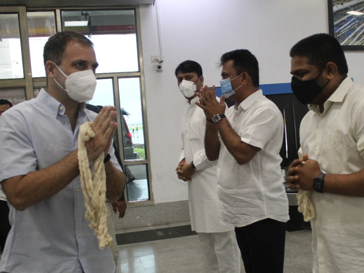 ગુજરાત કોંગ્રેસના અગ્રણી નેતાઓએ રાહુલ ગાંધીનું એરપોર્ટ પર સ્વાગત કર્યું હતું.