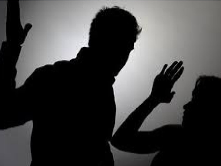 લગ્નના બે-ત્રણ માસ પછી પતિ, સાસુ, સસરા, માસી સાસુ તેમજ દિયરે અમાનુષી અત્યાચાર ગુજારવાનું શરૂ કર્યું(પ્રતીકાત્મક તસવીર)