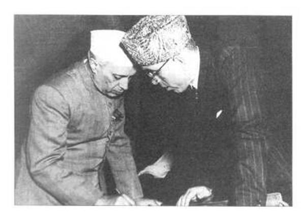 કાશ્મીરના સૌથી મોટા નેતા ગણાતા શેખ મોહમ્મદ અબ્દુલ્લાની સાથે વડાપ્રધાન જવાહરલાલ નેહરુ.