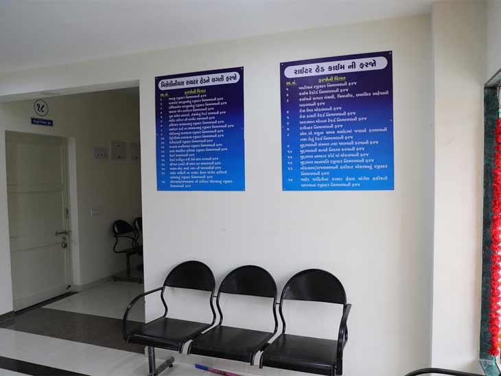પોલીસ સ્ટેશનમાં બેસવા માટે બેઠક વ્યવસ્થા ગોઠવવામાં આવી છે
