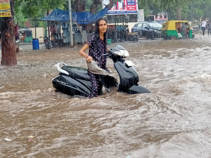 22 જૂને એક ઇંચ વરસાદમાં જ 150 ફૂટ રિંગ રોડ પર પાણી ભરાયા હતા. - Divya Bhaskar