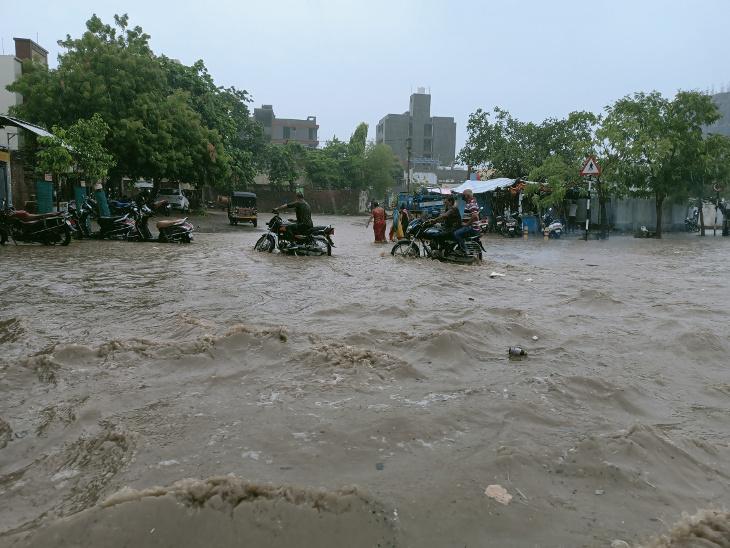 થોડા વરસાદમાં જ 150 ફૂટ રિંગ રોડની હાલત બેહાલ થઇ જાય છે.