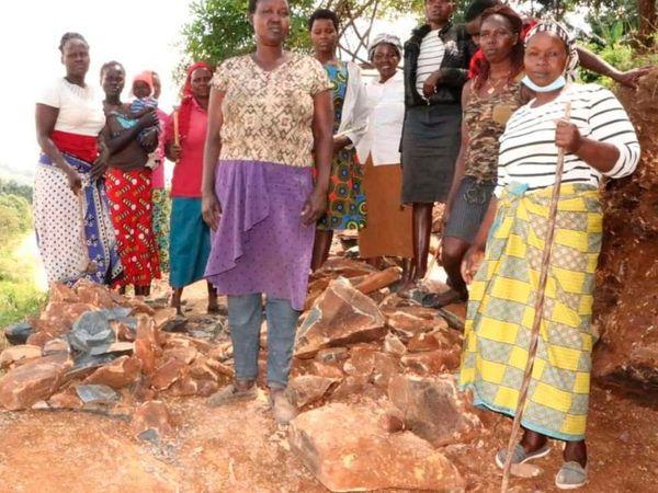 કેન્યાનાં સરવત ગામમાં 15 મહિલાઓ સવારથી સાંજ પથ્થર તોડે છે, મુશ્કેલ કામ કરીને ઘરનું ગુજરાન ચલાવે છે|લાઇફસ્ટાઇલ,Lifestyle - Divya Bhaskar