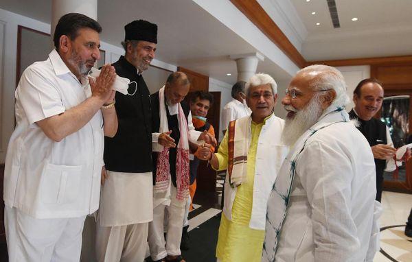 વડાપ્રધાન મોદીએ મીટિંગમાં સામેલ તમામ નેતાઓની પાસે જઈને તેમની સાથે વાત પણ કરી હતી