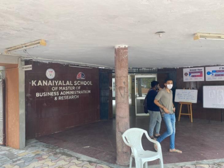 અમદાવાદની કોલેજોમાં વેક્સિનેશન માટે કોર્પોરેશનની ટીમ પહોંચી જ નહીં, જ્યારે ગુજરાત યુનિવર્સિટીએ રસ્તે જનારા લોકોને પણ વેક્સિન આપવી પડી|અમદાવાદ,Ahmedabad - Divya Bhaskar