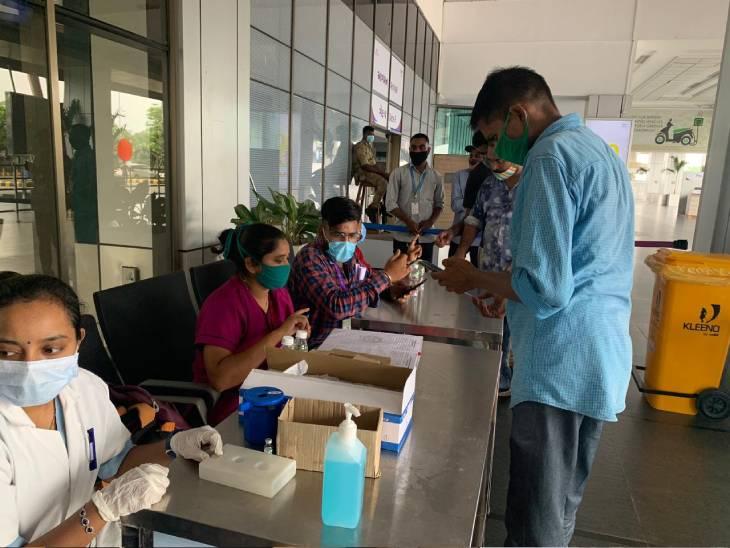 એરપોર્ટ પર રસી આપવા માટે બે બુથ શરુ કરવામાં આવ્યાં