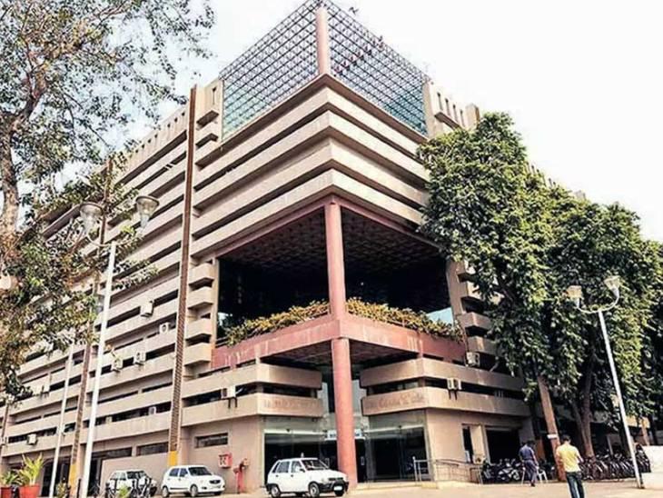 15 લાખની લાંચ માંગનાર AMCના ડેપ્યુટી હેલ્થ ઓફિસર અરવિંદ પટેલને સેશન્સ કોર્ટે ફરાર જાહેર કર્યાં અમદાવાદ,Ahmedabad - Divya Bhaskar
