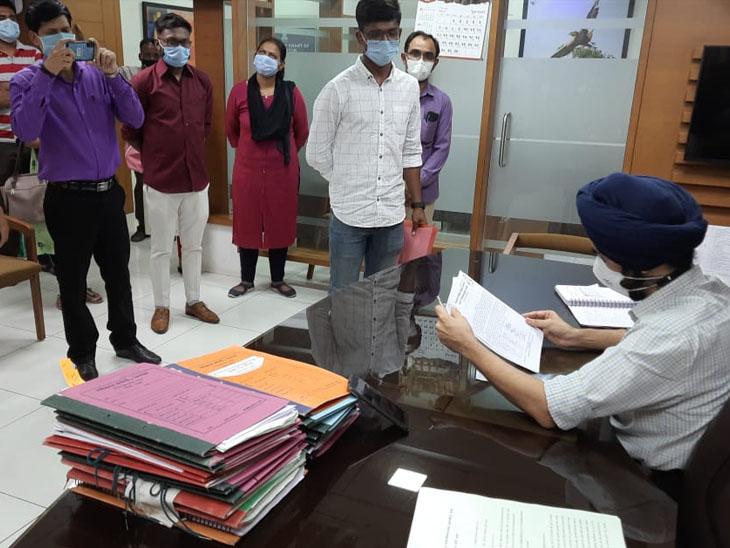 એચ. આઇ. વી - એ.આર. ટી ના કર્મીઓ દ્વારા કલેકટરને આવેદન  અપાયું. - Divya Bhaskar