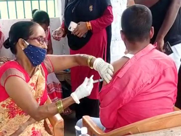 નર્સે વાતો કરતાં કરતાં ઈન્જેશન મારી દીધું, વેક્સિન ભરવાનું તો ભૂલી જ ગયા, વીડિયોએ પોલ ખોલી ઈન્ડિયા,National - Divya Bhaskar