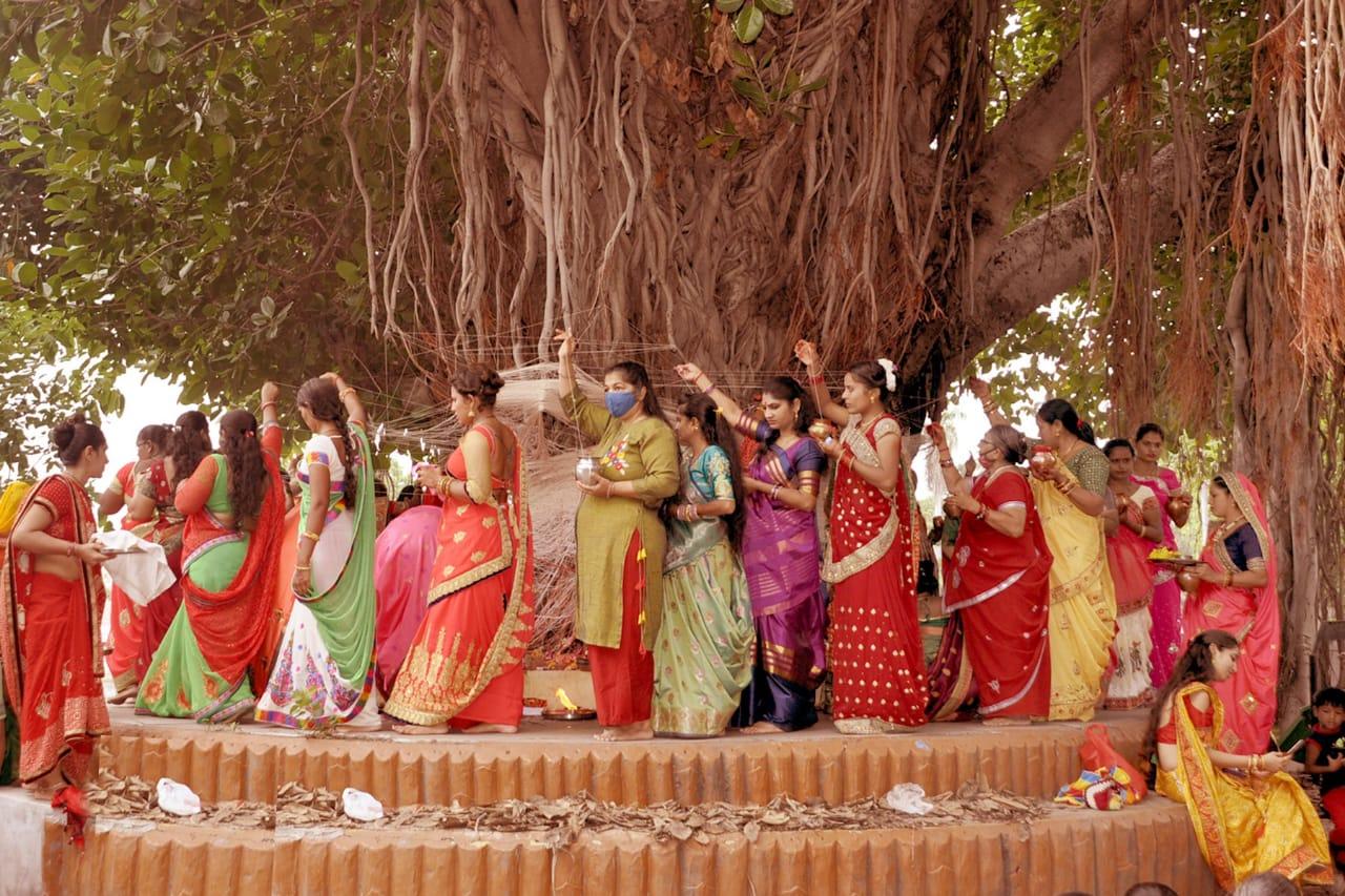 નડિયાદ ખેતા તળાવ પાસે આવેલ બાગમાં વડલાની પ્રદક્ષિણા કરી રહેલી સૌભાગ્યવતી નારીઓ. - Divya Bhaskar