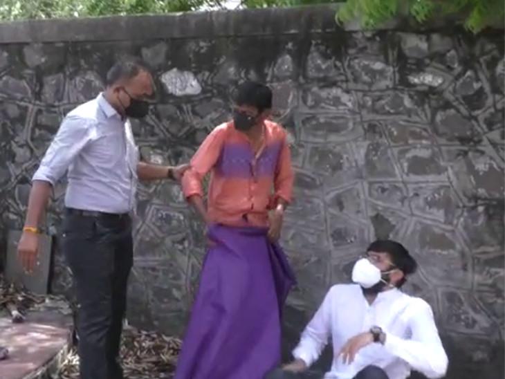 રાજકોટમાં ગૌ-હત્યા અટકાવવા આહીર એકતા મંચ દ્વારા કલેકટર કચેરી ખાતે મુંડન કરી વિરોધ નોંધાવવા પ્રયાસ, પોલીસે અટકાયત કરી|રાજકોટ,Rajkot - Divya Bhaskar