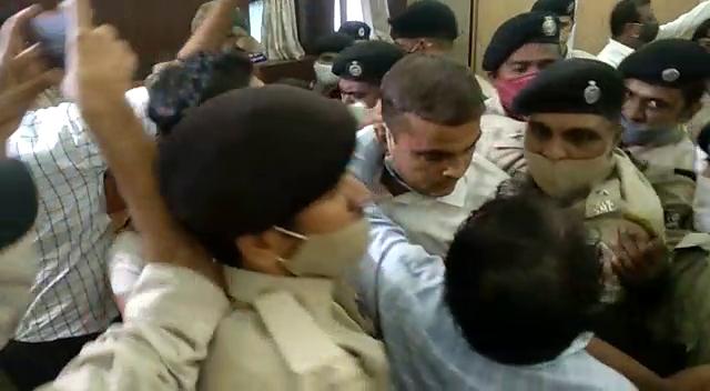 વિરોધ પક્ષના નેતા ધર્મેશ ભંડેરી અને પોલીસ વચ્ચે ઘર્ષણ થયું