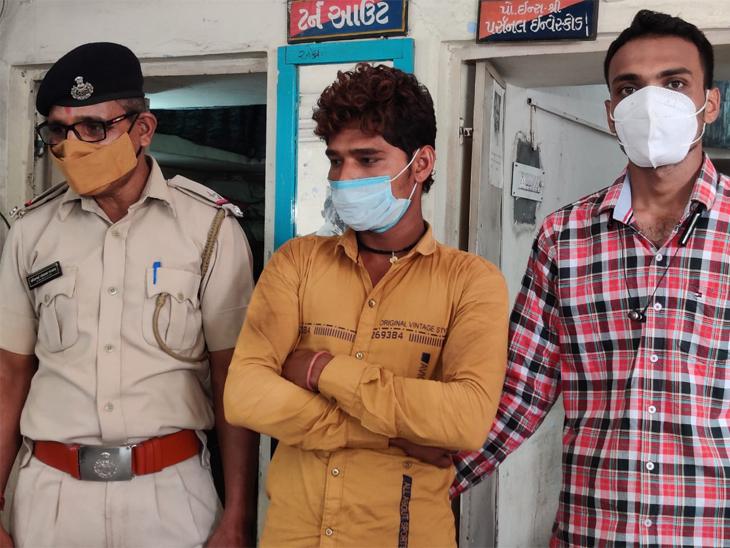 રખિયાલ પોલીસ સાથે આરોપી દિલીપ ઉર્ફે બાબો ઠાકોર - Divya Bhaskar