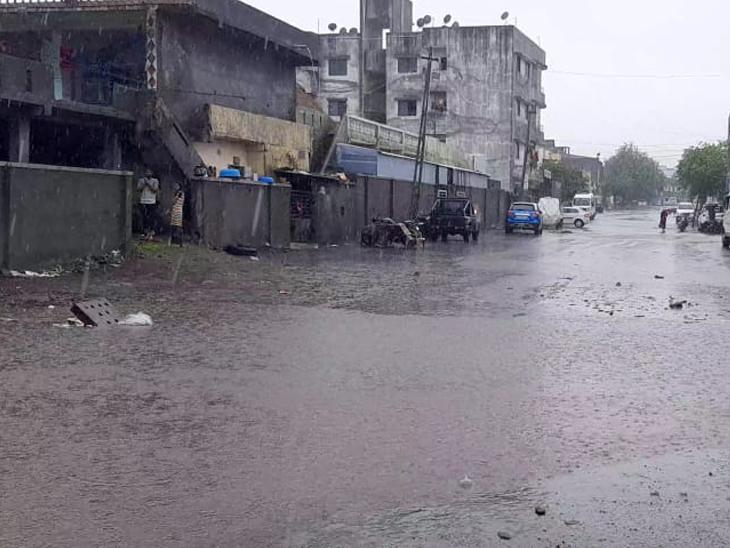 બારડોલી નગરના ભરવાડ વસાહત વિસ્તારમાં માર્ગ પર વરસાદી પાણી ભરાયા. - Divya Bhaskar