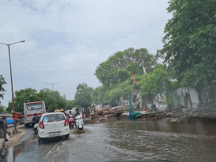 ખંભાત શહેરમાં ગુરૂવાર સવારે બે કલાકમાં અઢી ઈંચ વરસાદ પડતાં ઠેરઠેર પાણી ભરાયા હતા. - Divya Bhaskar