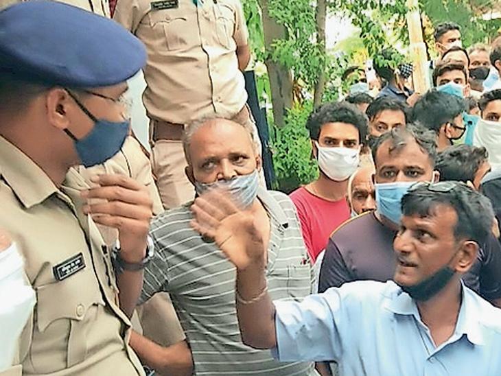 સાયરન વગાડતાં ગ્રામજનો પોલીસ મથકે ભેગા થયા - Divya Bhaskar
