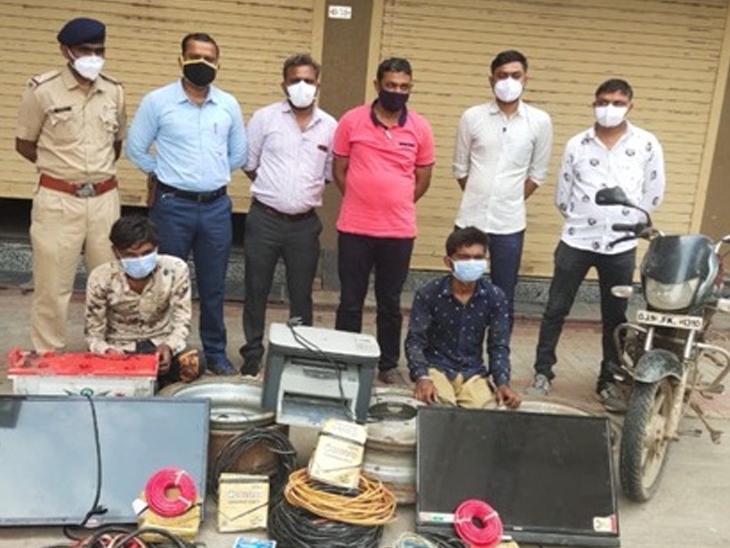સાણંદના મટોડા પાસે ટ્રાવેલ્સ ઓફિસમાંથી ચોરી કરનાર 2 શખ્સ મુદ્દામાલ સાથે ઝડપાયા|સાણંદ,Sanand - Divya Bhaskar