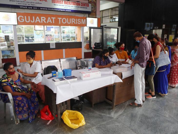 રેલવે સ્ટેશને પણ વેક્સિનેશન કાર્યક્રમ હાથ ધરાયો હતો. - Divya Bhaskar