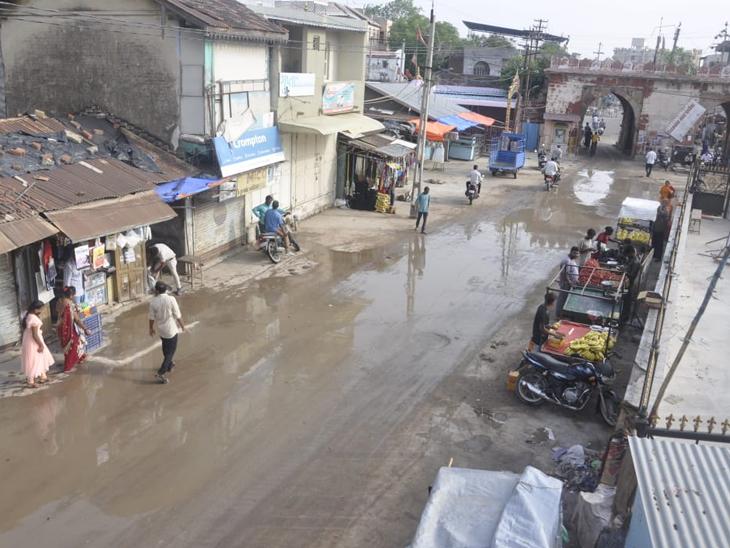 વિરમગામ શહેરમાં ટાવરથી ગોલવાડી દરવાજા પાસે 34 લાખના ખર્ચે નવા બનાવેલ RCC રોડની પ્રથમ વરસાદમા જ પોલ ખુલી. - Divya Bhaskar