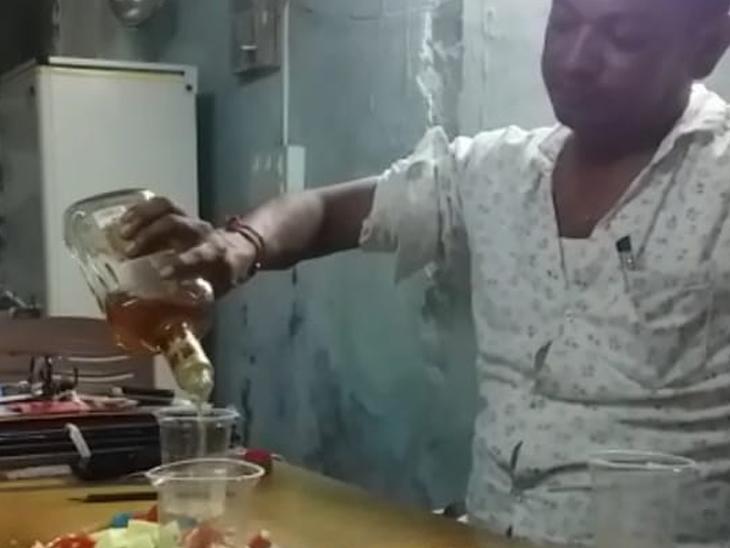 બરવાળા હોમગાર્ડ ઈન્ચાર્જ કમાન્ડર અને ક્લાર્કનો દારૂ પીતો વીડિયો વાઈરલ બોટાદ,Botad - Divya Bhaskar