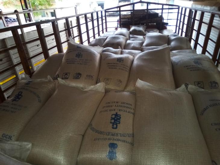 સુરેન્દ્રનગરમાંથી સરકારી માર્કા સાથેના બારદાનમાં ભરેલા ઘઉં, ચોખાનો જથ્થો મામલતદારે પકડી પડ્યો. - Divya Bhaskar