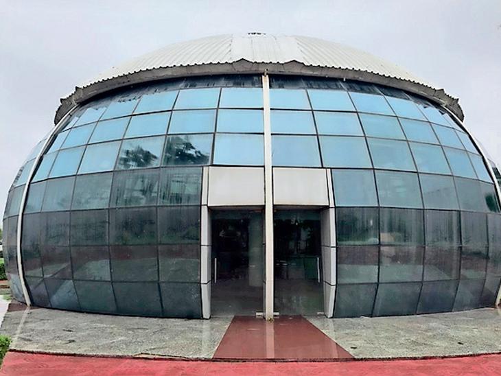 શહેરના એરપોર્ટ પર બનેલ ગ્લોબ રેસ્ટોરન્ટ બંધ કરી દેવાઇ છે. - Divya Bhaskar