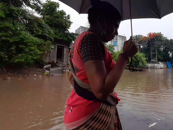 6 કલાકમાં બારડોલી-મહુવામાં 4 ઇંચ, સુરત, પલસાણા અને ચોર્યાસીમાં 3 ઇંચ વરસાદ, રસ્તાઓ પર પાણી ફરી વળ્યાં સુરત,Surat - Divya Bhaskar
