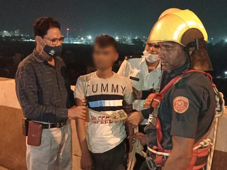સુરતમાં દારૂના નશામાં આપઘાત કરવાના કારણસર એક યુવાન બ્રિજ પર ચડ્યો, જુઓ ફાયરબ્રિગેડના જવાનોનું LIVE રેસ્ક્યૂ|સુરત,Surat - Divya Bhaskar