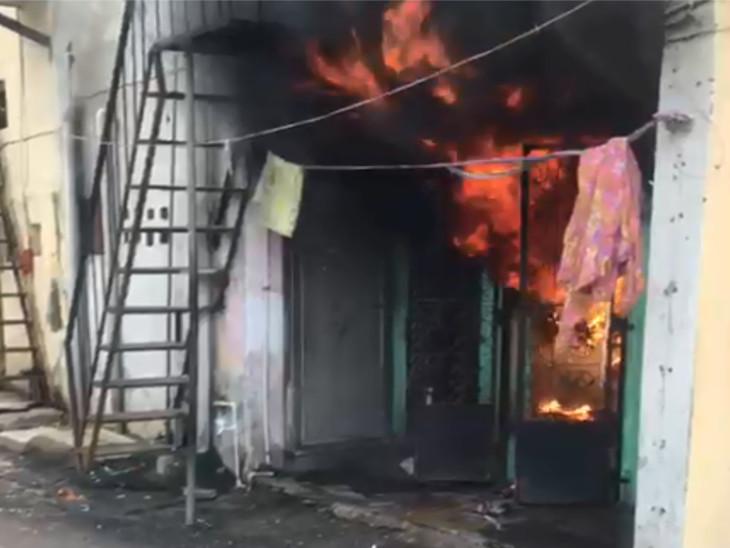 સુરતના કતારગામમાં બંધ મકાનમાં આગ લાગી, બાજુના મકાનમાંથી વૃદ્ધ સહિત 4 મહિલાને બચાવવામાં આવી|સુરત,Surat - Divya Bhaskar