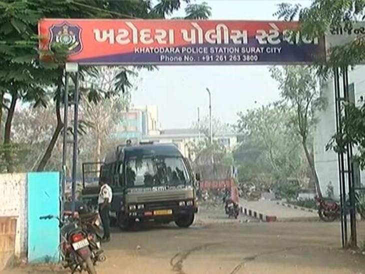 સુરતમાં બે લક્ઝુરિયસ કારમાંથી 262 બોટલ વિદેશ દારૂ ઝડપાયો, બેની ધરપકડ|સુરત,Surat - Divya Bhaskar