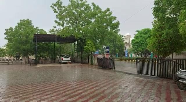 રાજકોટમાં બફારા વચ્ચે ઝરમર વરસાદ વરસ્યો, વાતાવરણમાં ઠંડક પ્રસરતા લોકોએ ગરમીમાંથી રાહત મેળવી રાજકોટ,Rajkot - Divya Bhaskar